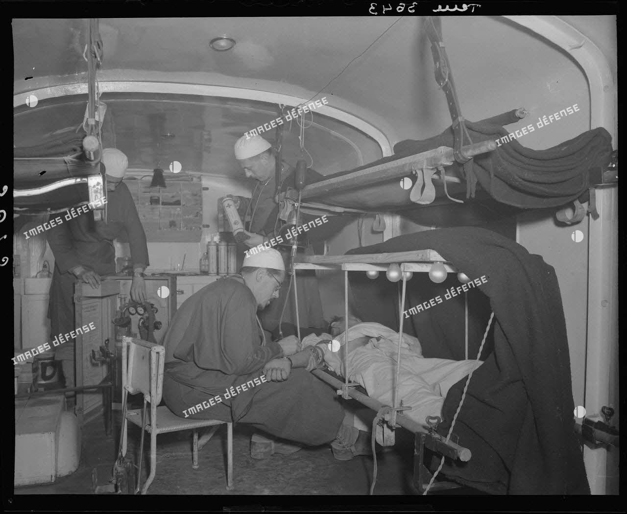Une équipe médicale fait une transfusion sanguine à un blessé à la formation chirurgicale mobile n°1 (FCM) dans le secteur de la 3e division d'infanterie algérienne (DIA).