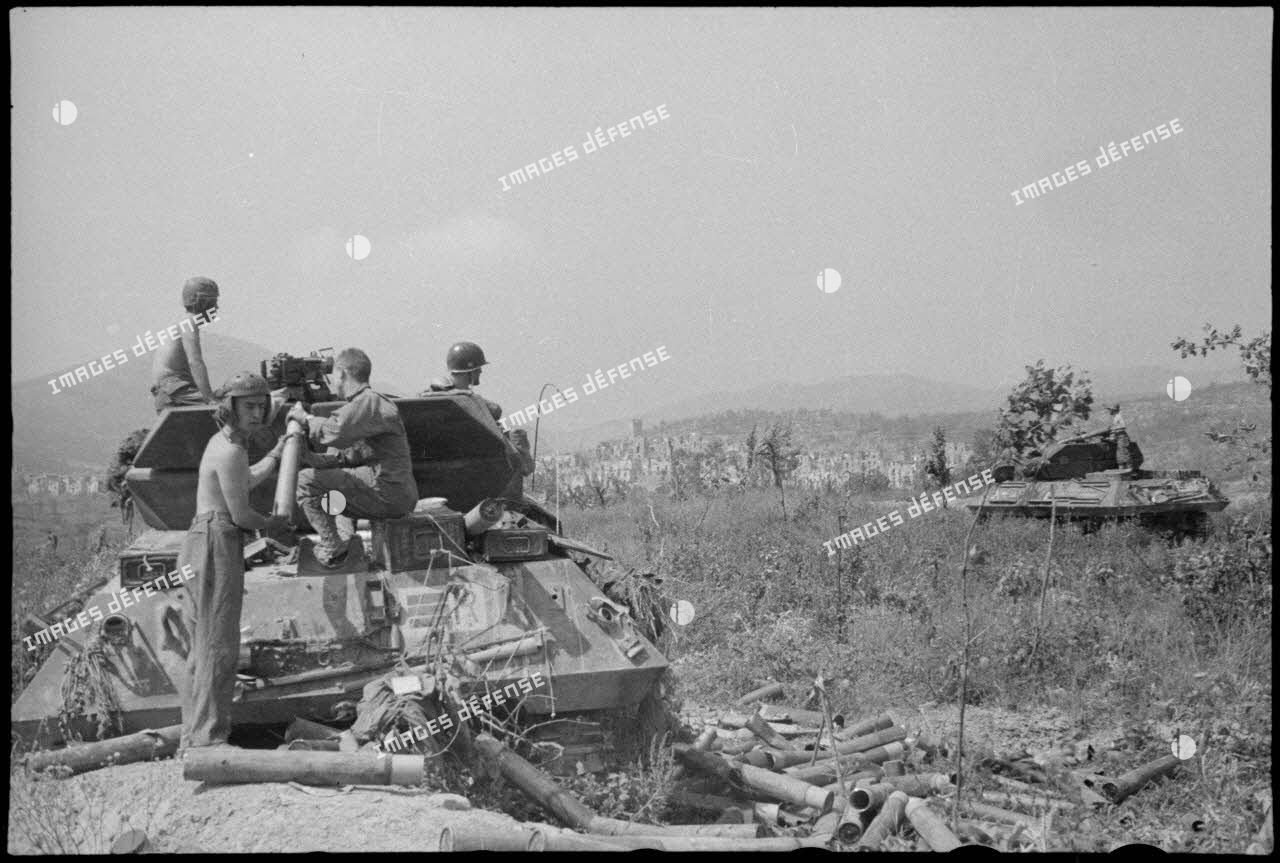 L'équipage d'un chasseur de chars ou tanks destroyer (TD) M10 du 2e escadron du 7e régiment de chasseurs d'Afrique (RCA) à Castelforte.