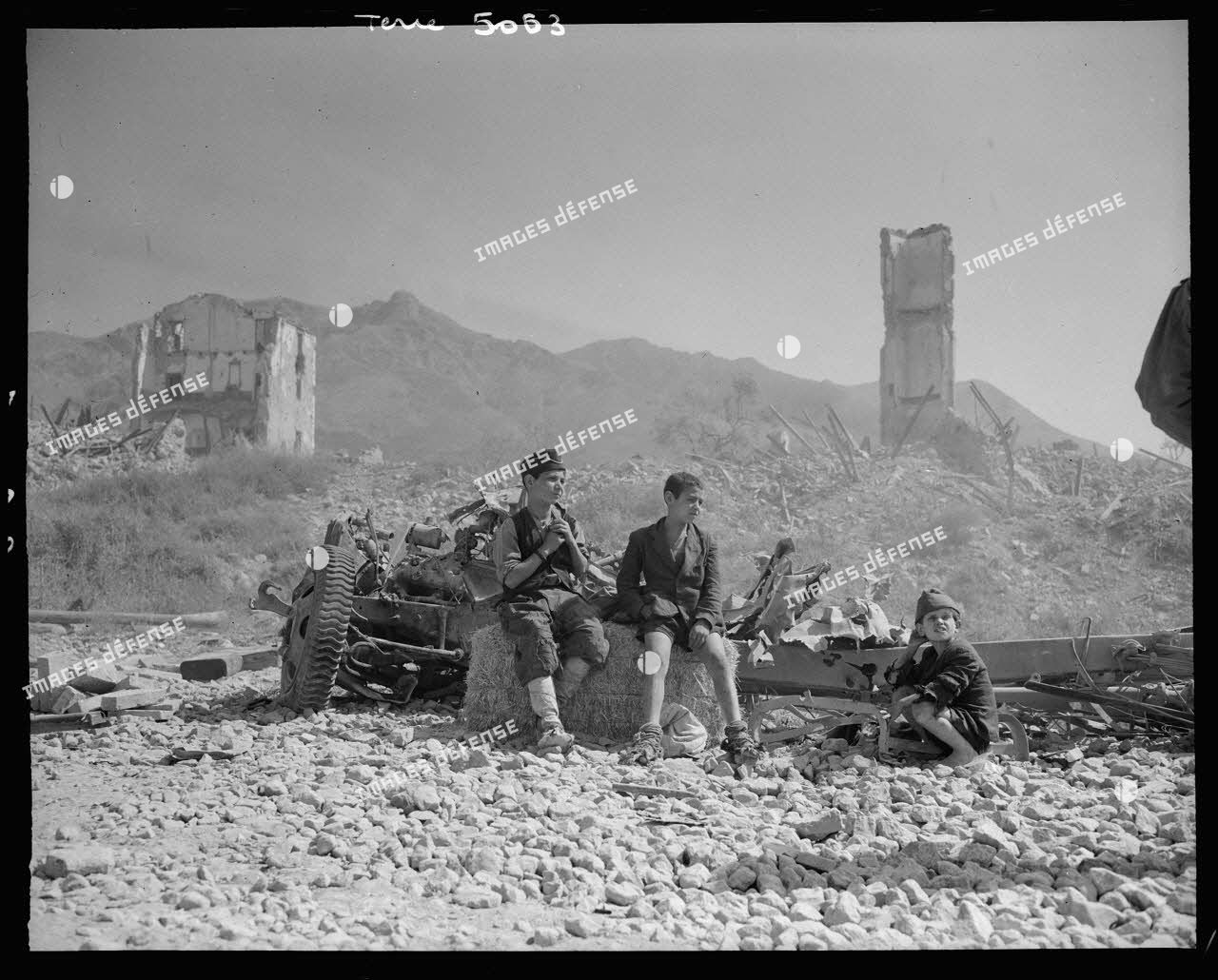 A Formia, des enfants italiens regardent passer un convoi de la 5e armée américaine progressant vers Rome.