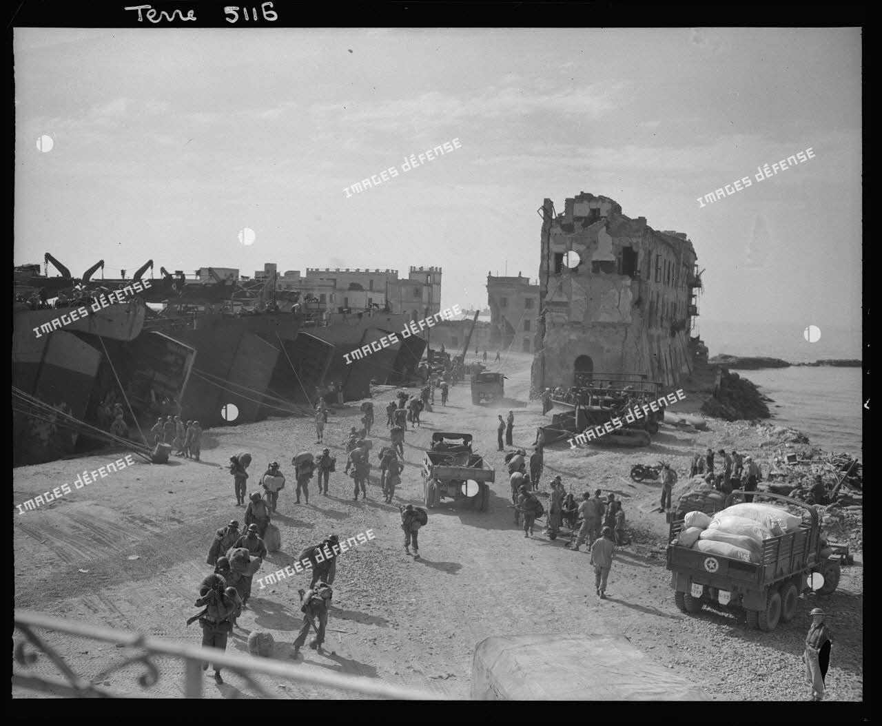 Offensive en direction de Rome : débarquement depuis des landing ships tanks (LSTs) de renforts et de véhicules américains dans le port d'Anzio.