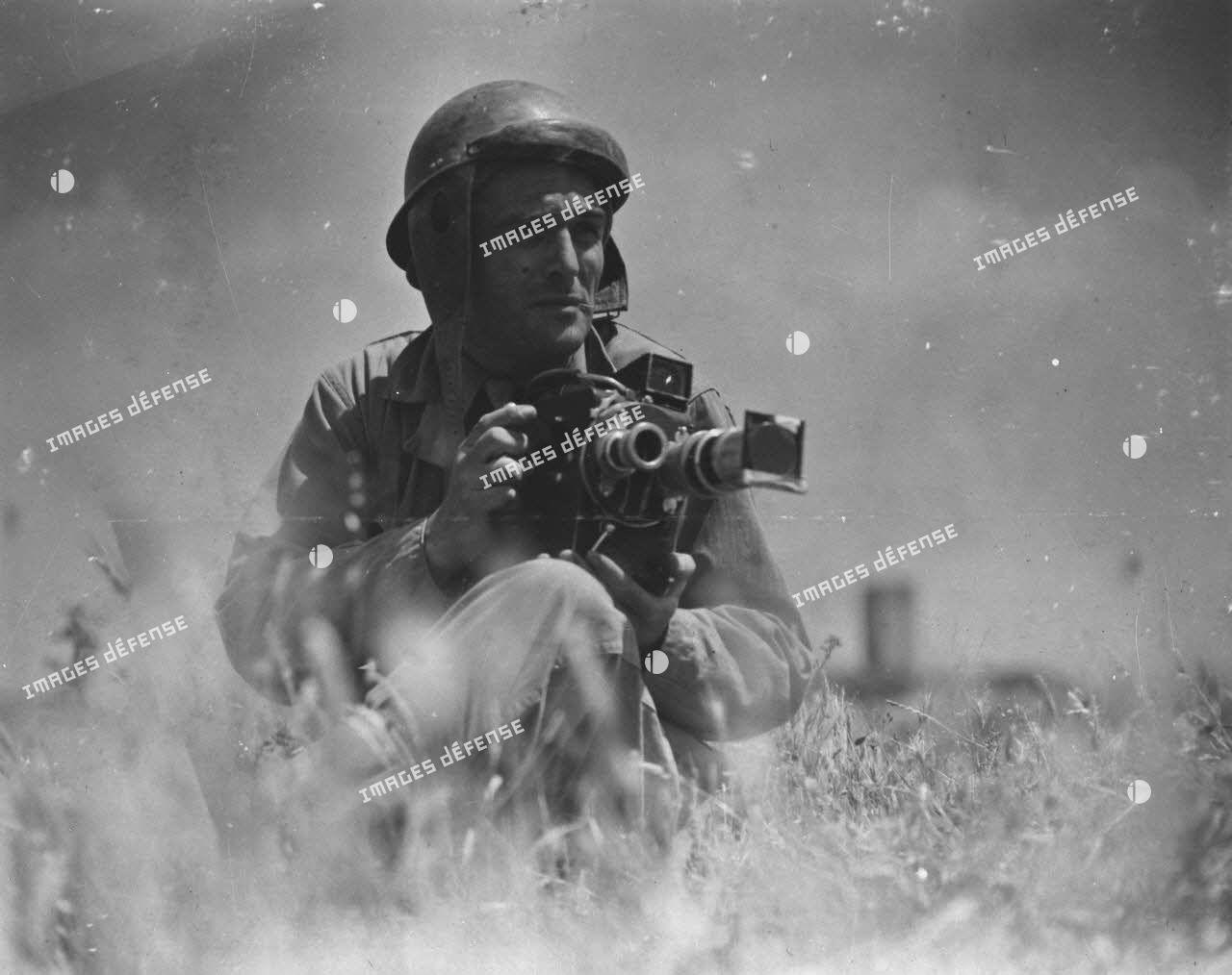 Portrait, aux portes de Rome, de Raymond Méjat, caméraman du Service cinématrographique des armées (SCA), équipé de sa caméra Le Blay.