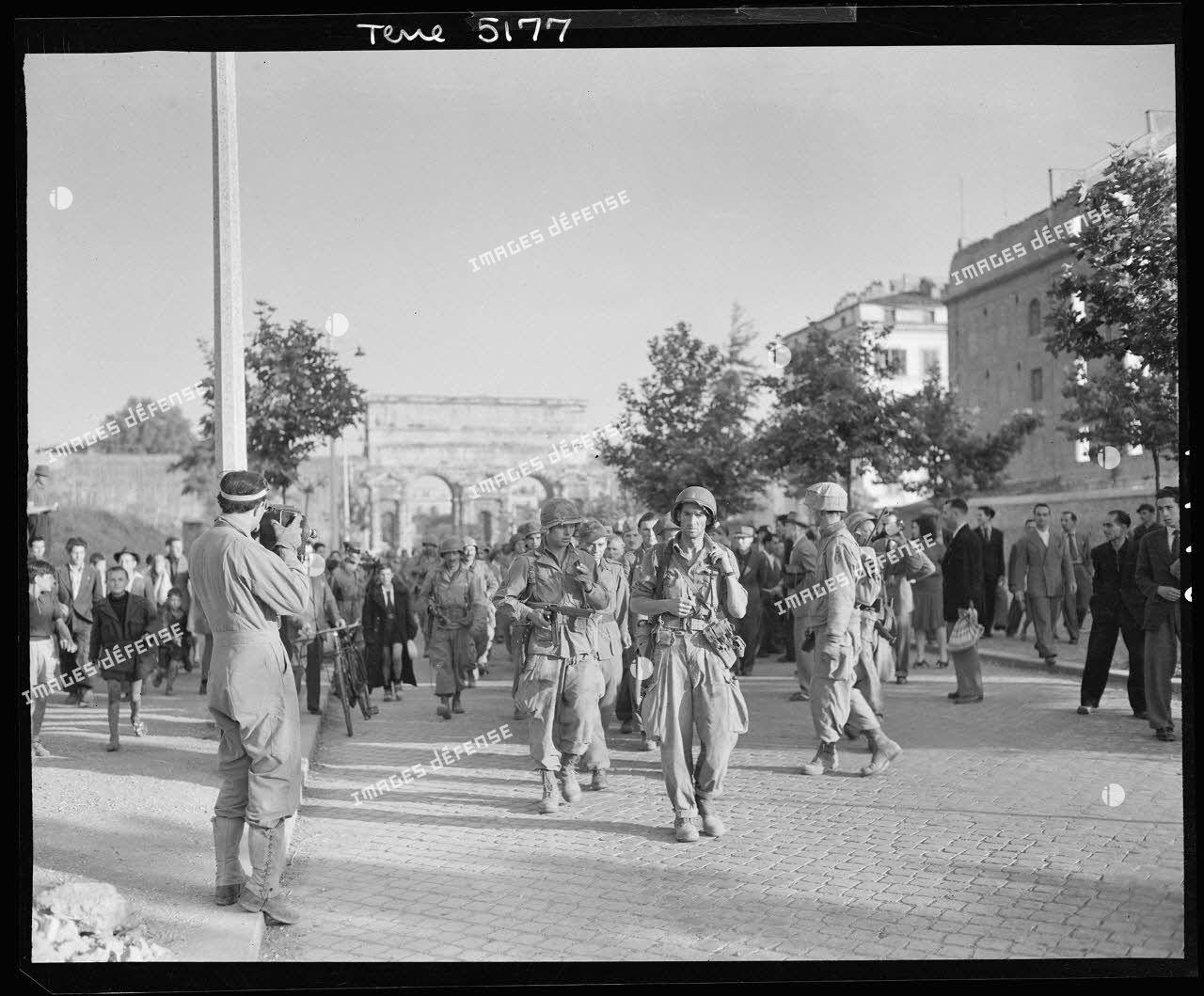 A Rome, à proximité de la porte Maggiore, des prisonniers allemands escortés par des soldats américains, sont filmés par Raymond Méjat, caméraman du Service cinématographique de l'armée (SCA).