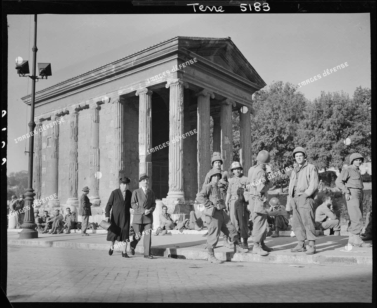 Des fantassins américains de la 34th infantry division (division d'infanterie) font une halte devant le temple de Portunus dans Rome libérée.<br>