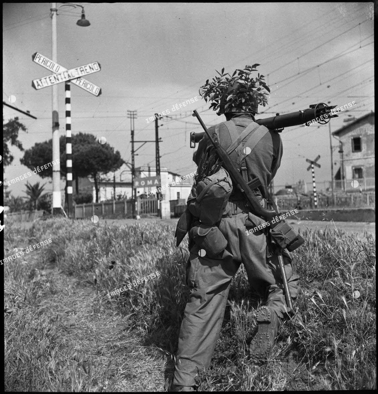 Aux portes de Rome, un fantassin américain, équipé d'un lance-roquettes M1, riposte à une contre-attaque de blindés allemands.