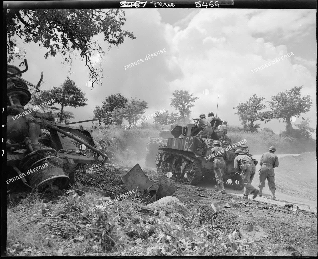 Des chars légers Stuart M5 du 1er escadron du 3e régiment de spahis marocains (RSM), qui font partie d'un des pelotons du détachement blindé de la 2e division d'infanterie marocaine (DIM), sont engagés dans la poursuite des combats vers Sienne.
