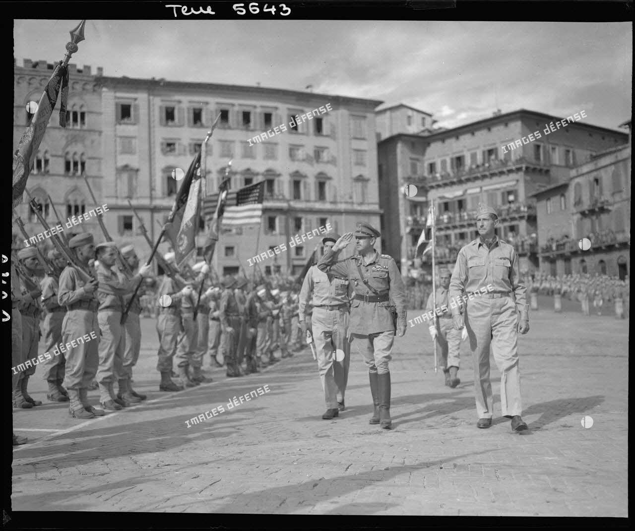 Les autorités militaires alliées lors d'une cérémonie à Sienne.