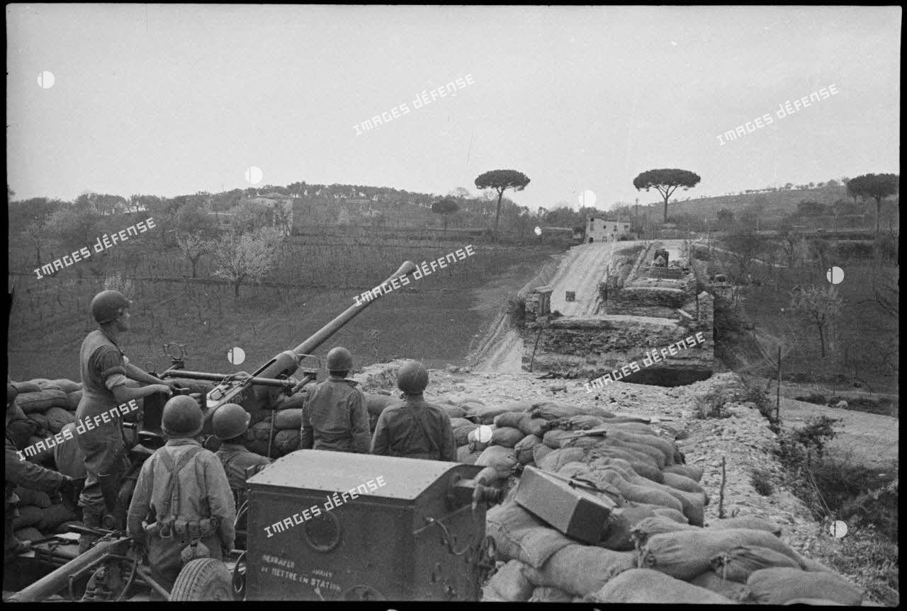 Canon antiaérien Bofors de 40 mm de la batterie B du 40e groupe autonome colonial des forces terrestres antiaériennes (GACFTA), placé en protection d'un pont Bailey, situé en contrebas de la position, à la sortie sud de Sessa Aurunca, en direction de la route numéro 7.