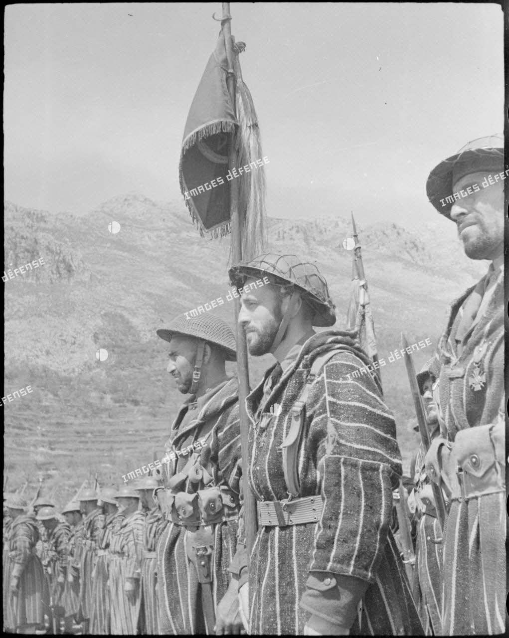 La garde au fanion d'un tabor marocain écoute l'appel des morts lors d'une cérémonie d'hommage aux soldats du Corps expéditionnaire français en Italie (CEFI) tombés pendant la campagne.