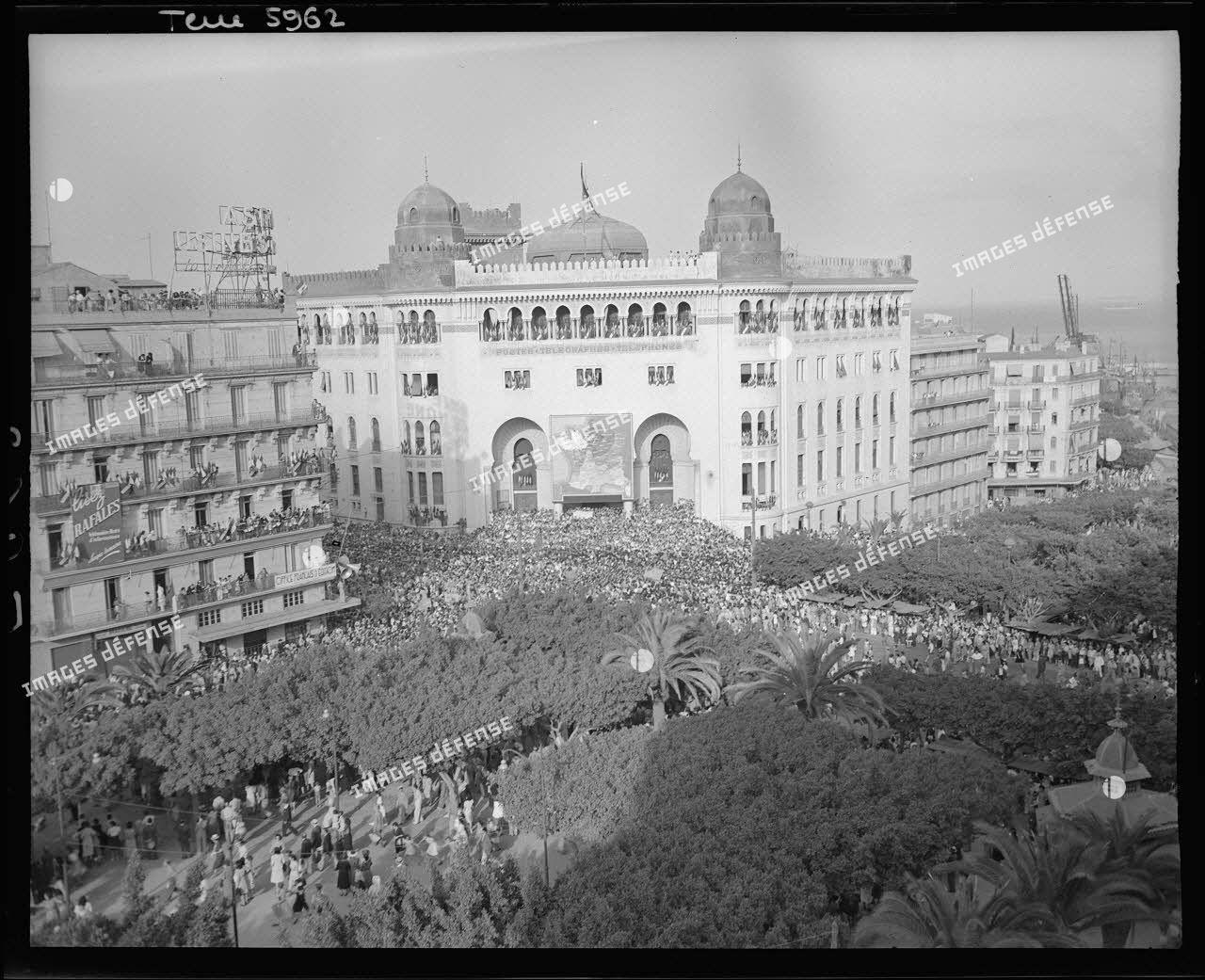 Foule en liesse rassemblée devant l'hôtel des Postes et square Laferrière à Alger pour célébrer la libération de Paris le 25 août 1944.