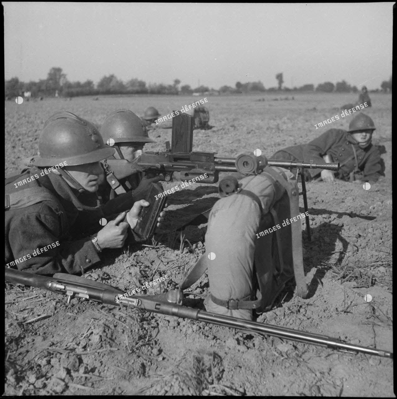 Fantassins du 310e régiment d'infanterie (RI) servant un fusil-mitrailleur (FM) M-24/29 au cours d'un entraînement, peut-être dans le secteur défensif de Lille.