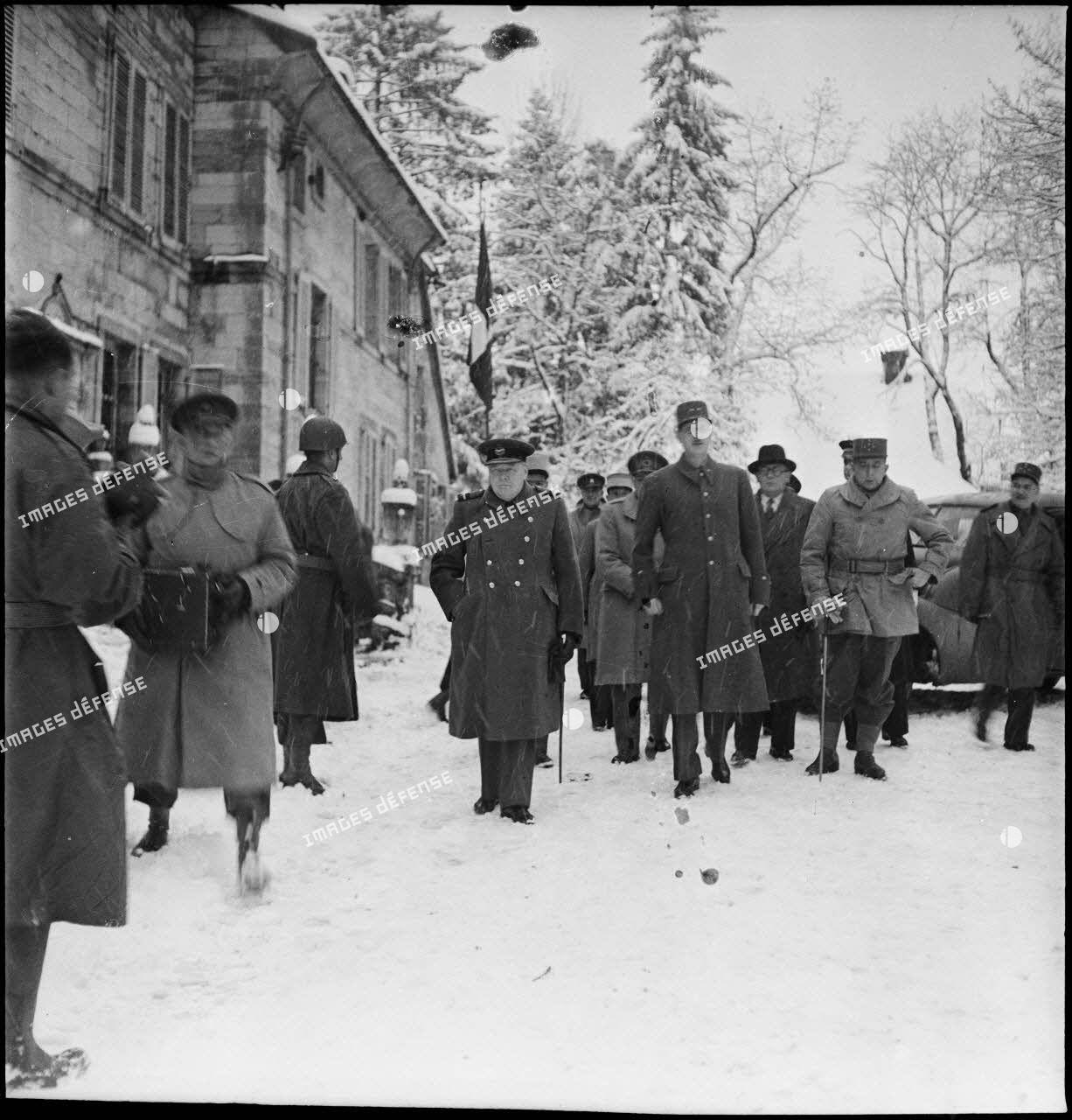 Winston Churchill, premier ministre de Grande-Bretagne, et le général de Gaulle, rendent visite à la 1re armée au poste de commandement de la 9e division d'infanterie coloniale (DIC) installé au château de Montalembert à Maîche (Doubs).