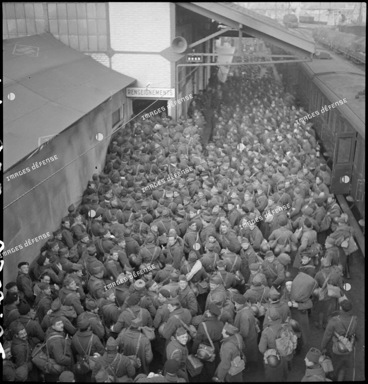 Des permissionnaires, en provenance de la zone des armées, débarquent d'un train à la gare de Massy-Palaiseau.