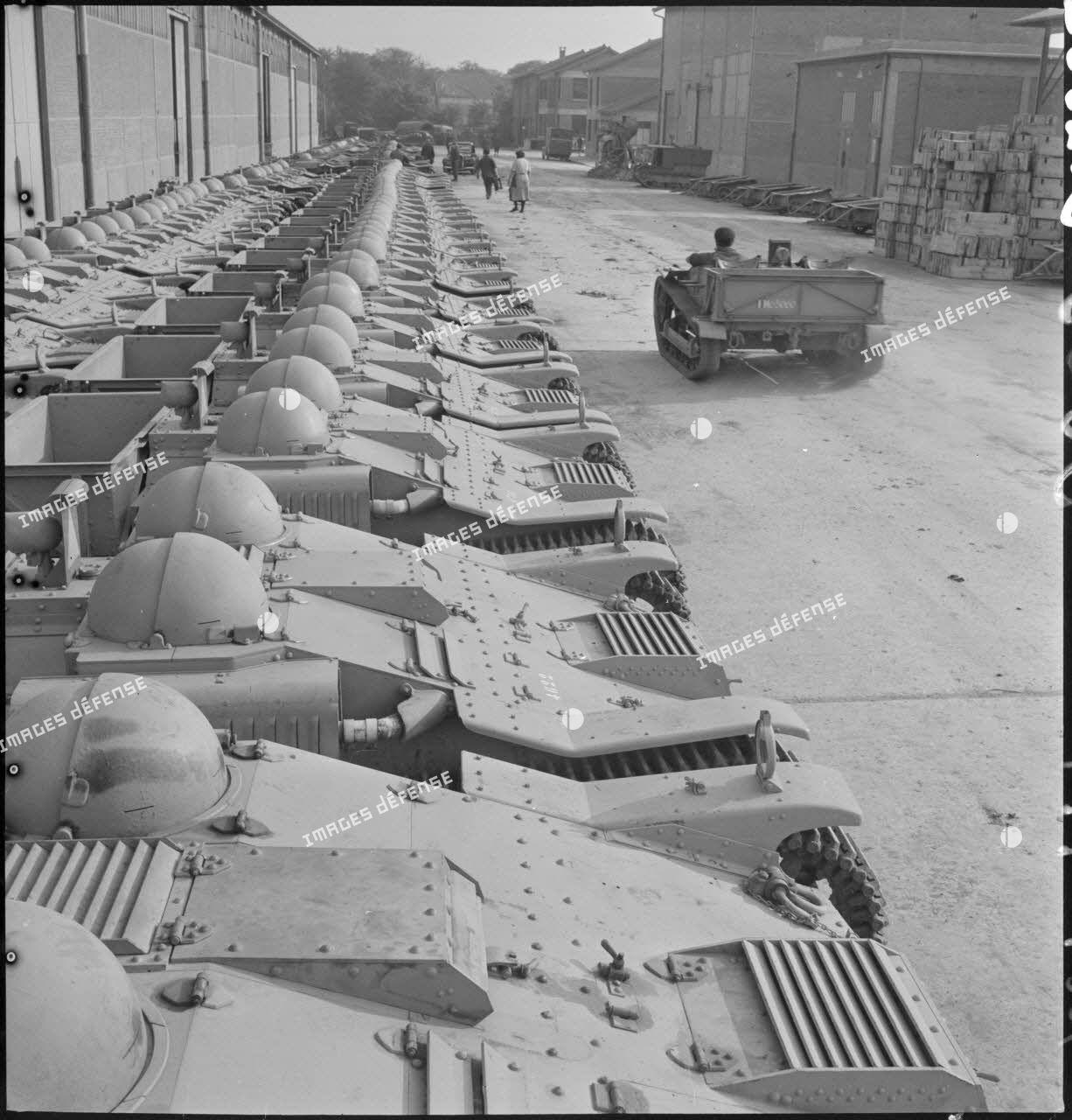 Chenillettes alignées à leur sortie des chaînes de montage de l'usine des Forges et chantiers de la Méditerranée (FCM) de La Seyne-sur-Mer.