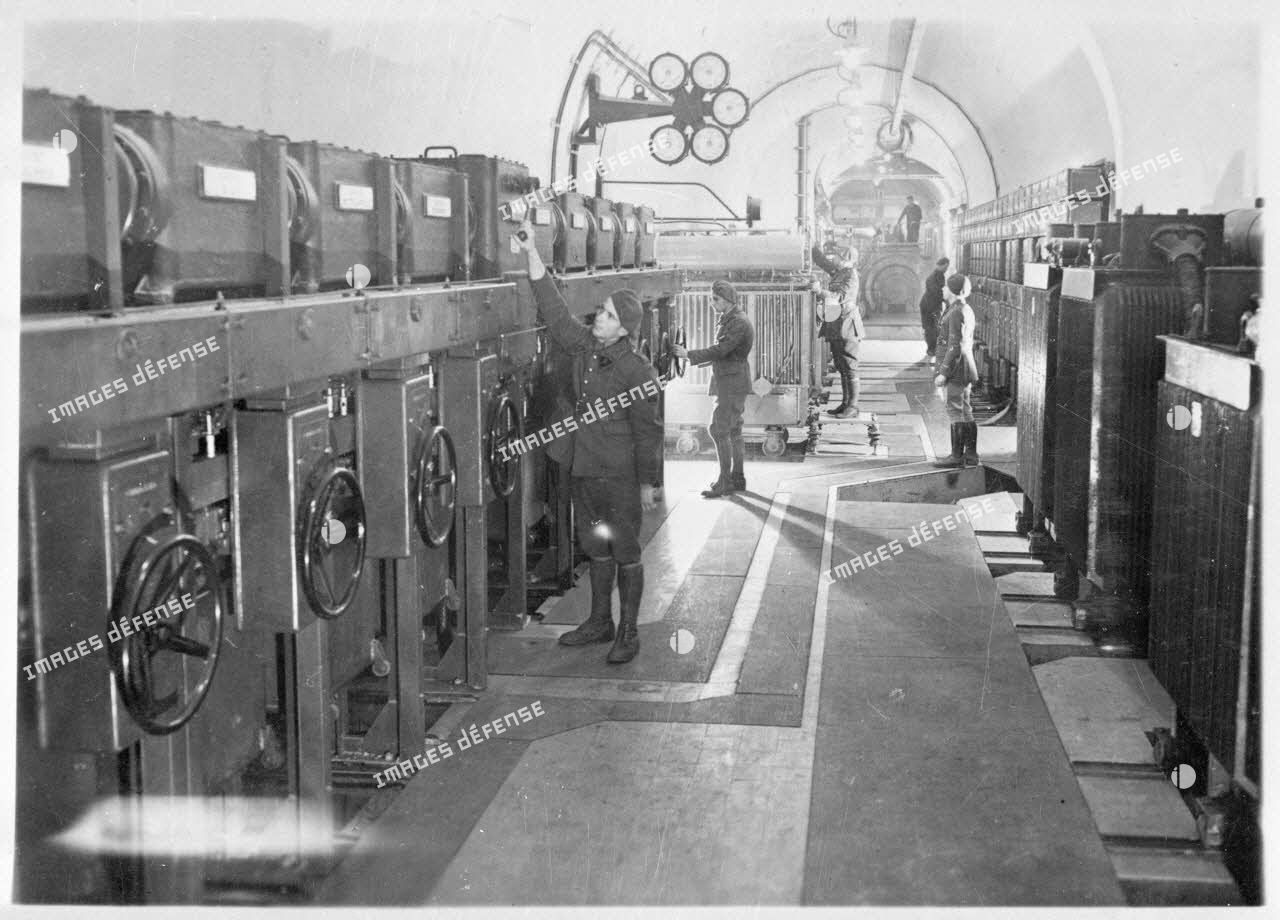 Usine de production électrique de l'ouvrage du Hackenberg : des sapeurs électromécaniciens du 2e régiment du génie (RG) veillent à la bonne marche des installations dans la cellule dite de haute tension de l'ouvrage.