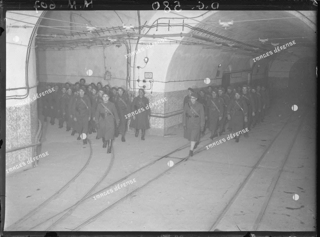 Des fantassins du 164e régiment d'infanterie de forteresse (RIF) défilent dans un souterrain de l'ouvrage fortifié du Hackenberg.