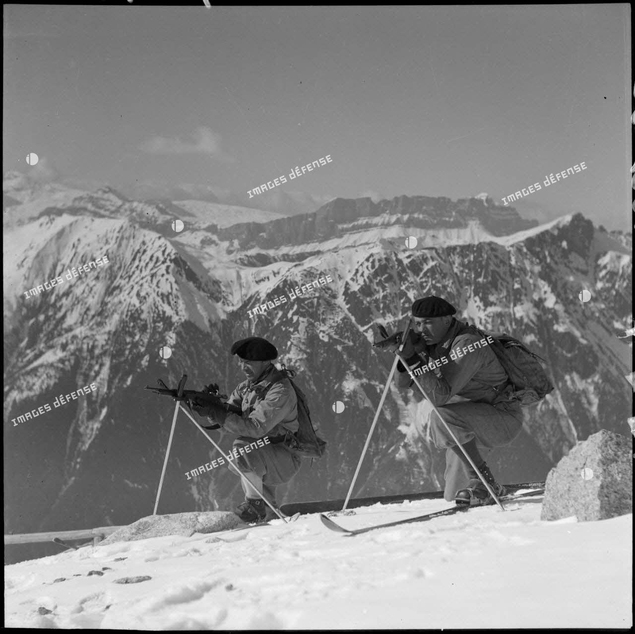 Eclaireurs skieurs du 199e bataillon de chasseurs de haute montagne (BCHM) en position de tir au-dessus de Chamonix.