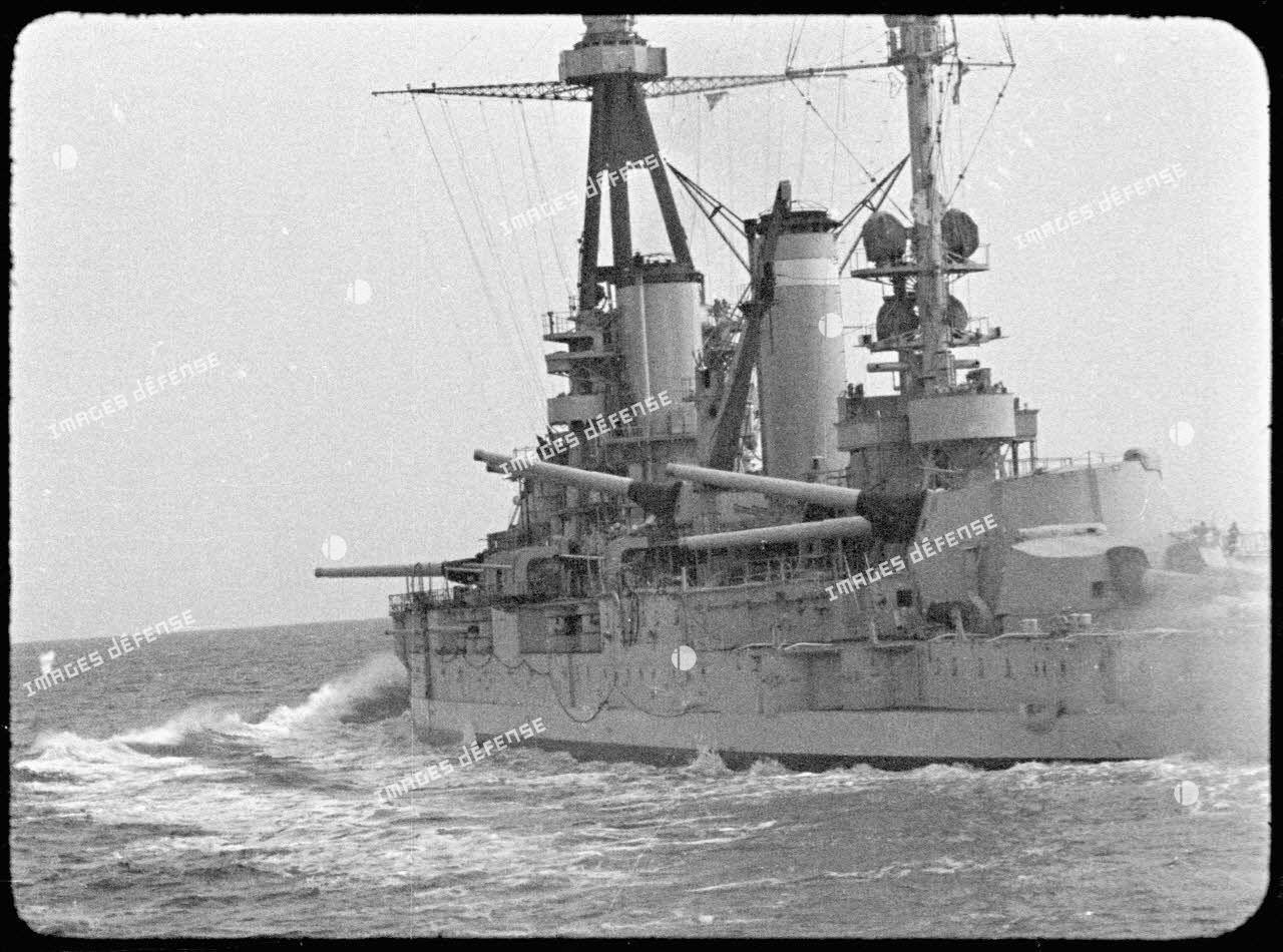 Le cuirassé Lorraine patrouille en mer Méditerranée.