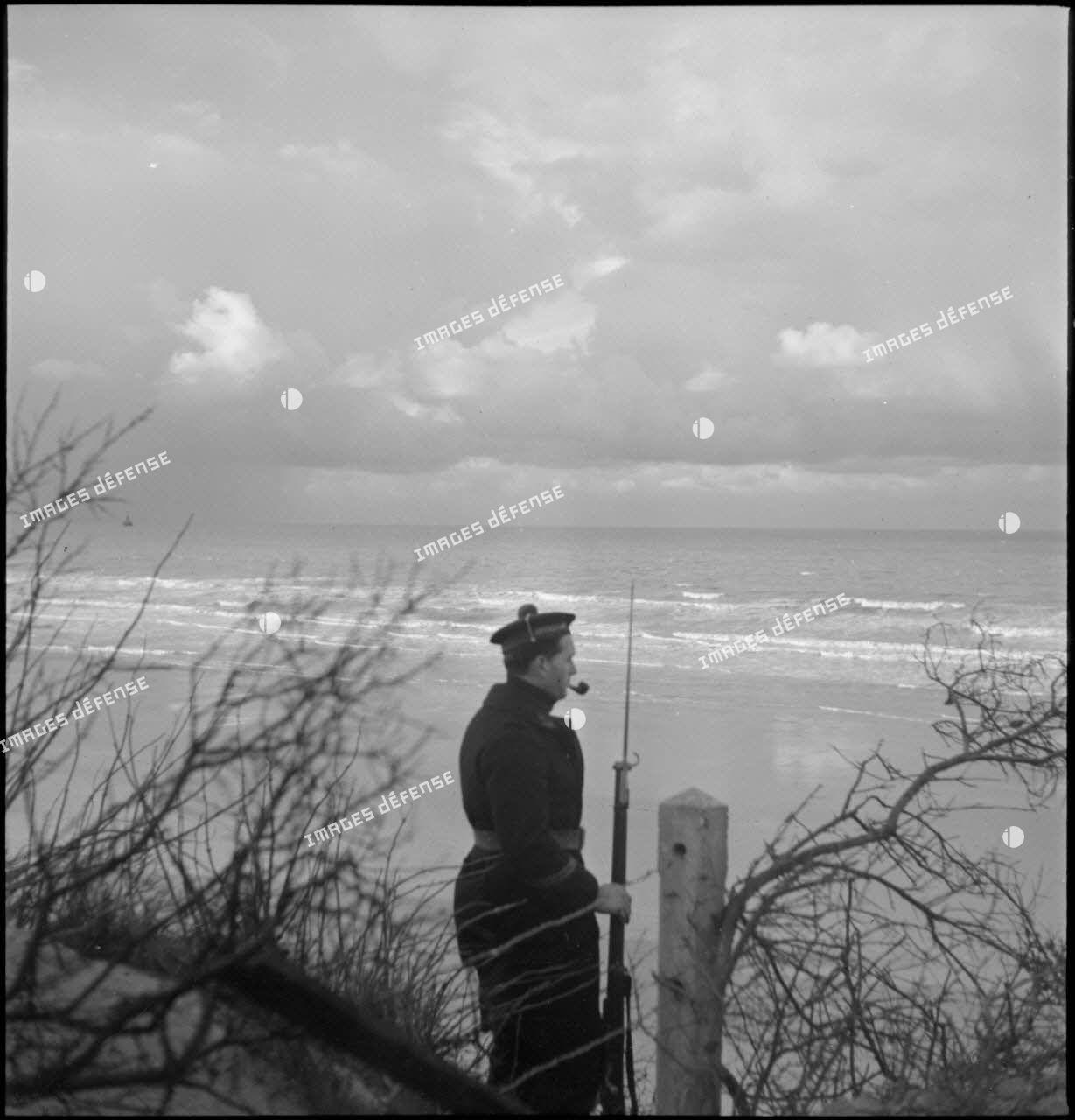 Marin posté en sentinelle sur la ligne de défense côtière à Dunkerque.