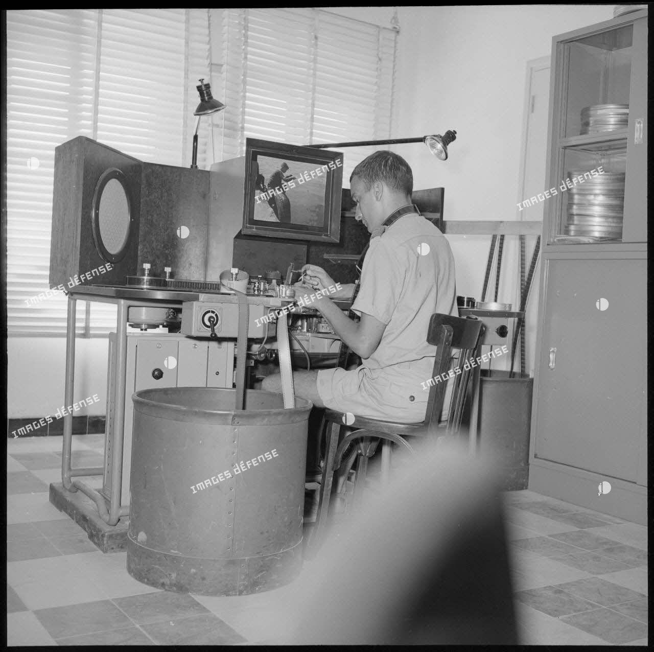 Un soldat visionne un film pour le montage d'une production SCA.
