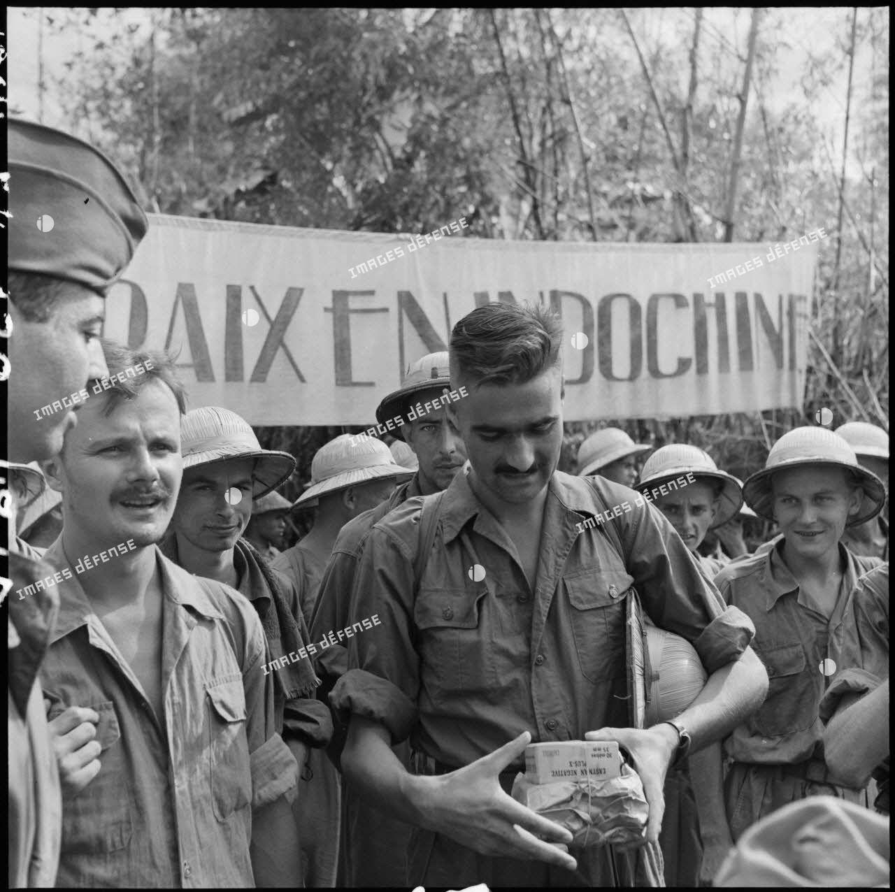 Libération à Viet Tri de prisonniers, parmi lesquels les reporters du service presse information (SPI) Pierre Schoendoerffer et Daniel Camus, faits prisonniers à Diên Biên Phu le 8 mai 1954.