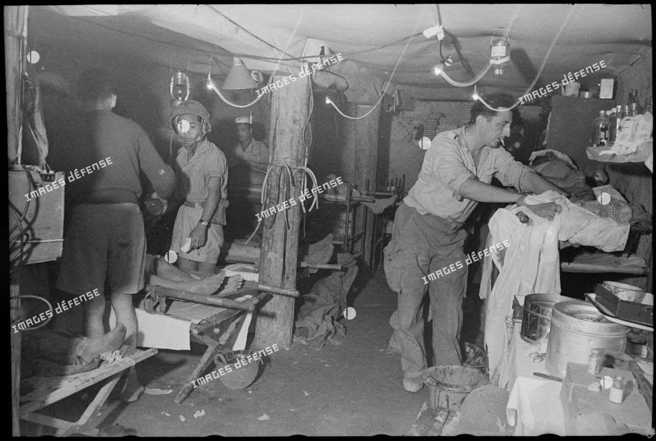 Blessés soignés dans la salle d'opération de l'antenne chirurgicale souterraine de Diên Biên Phu.