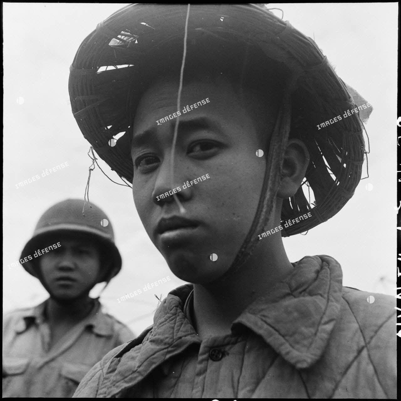 Portrait d'un soldat Viêt-minh, fait prisonnier lors de l'ouverture de la route au sud de Diên Biên Phu, tracée pour rejoindre la colline Isabelle.