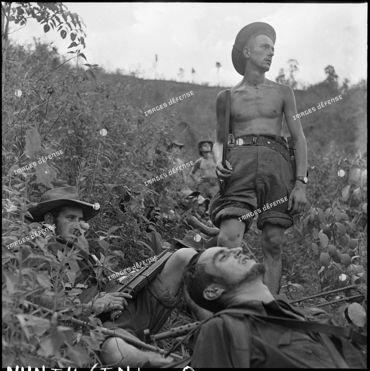 Des soldats de la colonne Godard font une pause au milieu de la brousse lors de l'opération Condor.