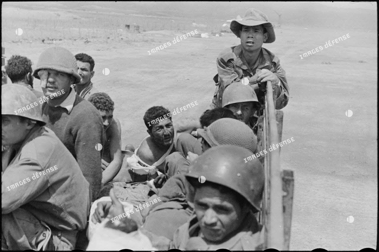 Transport de blessés dans un camion jusqu'à la piste d'aviation du camp retranché de Diên Biên Phu.