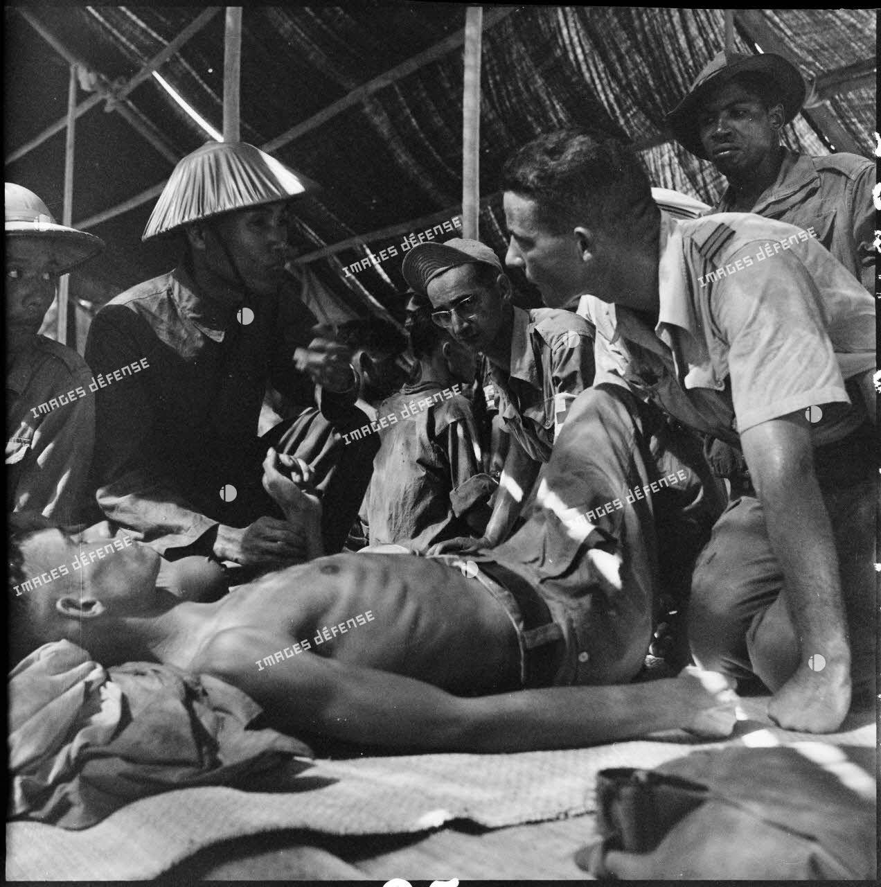Echange de prisonniers français et Viêt-minh à Sam Son. Un médecin parle avec un soldat du Viêt-minh lors d'une visite aux prisonniers.