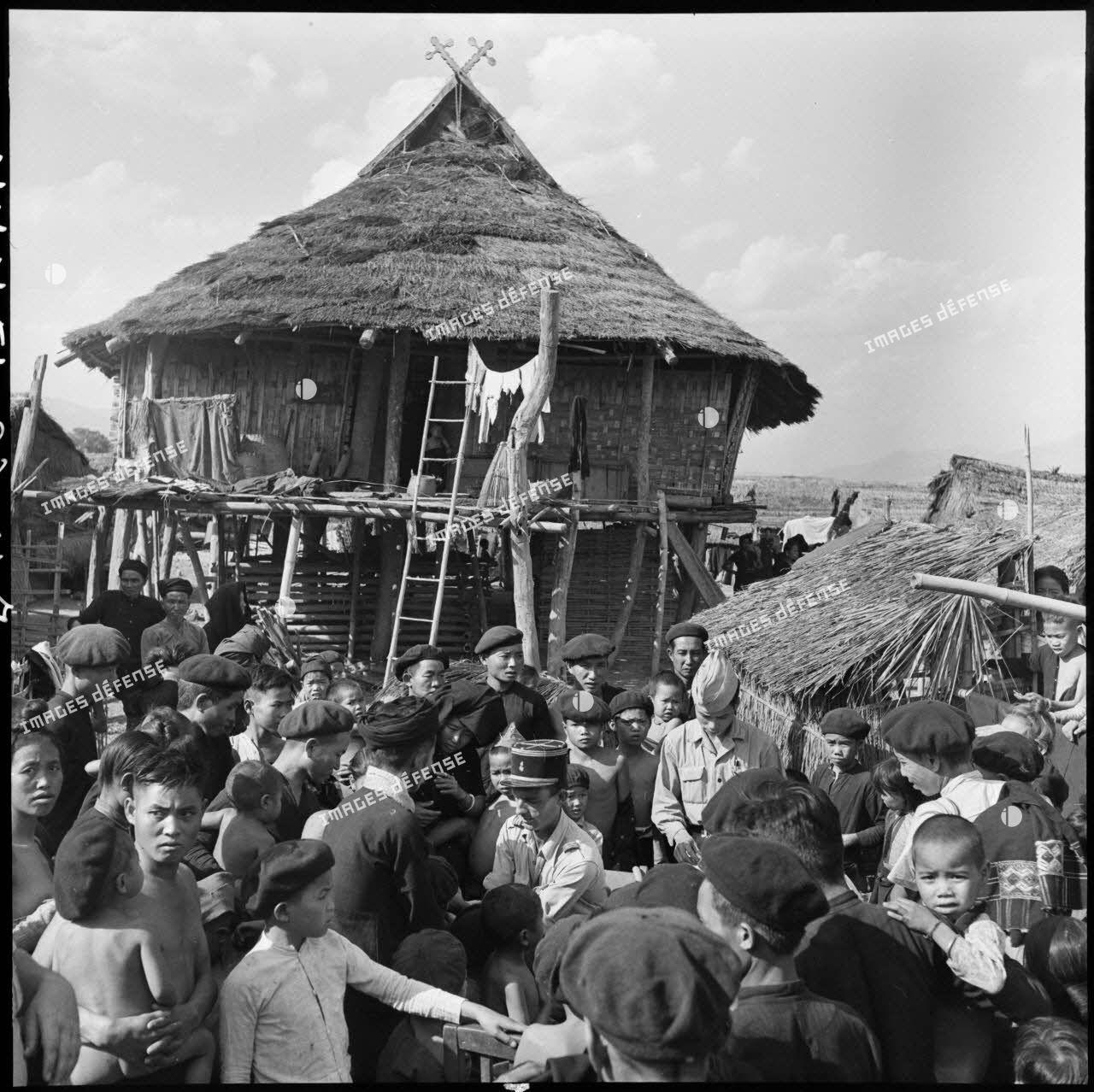 Vaccination de la population Thaï d'un village de la vallée de Diên Biên Phu par le Service de santé.