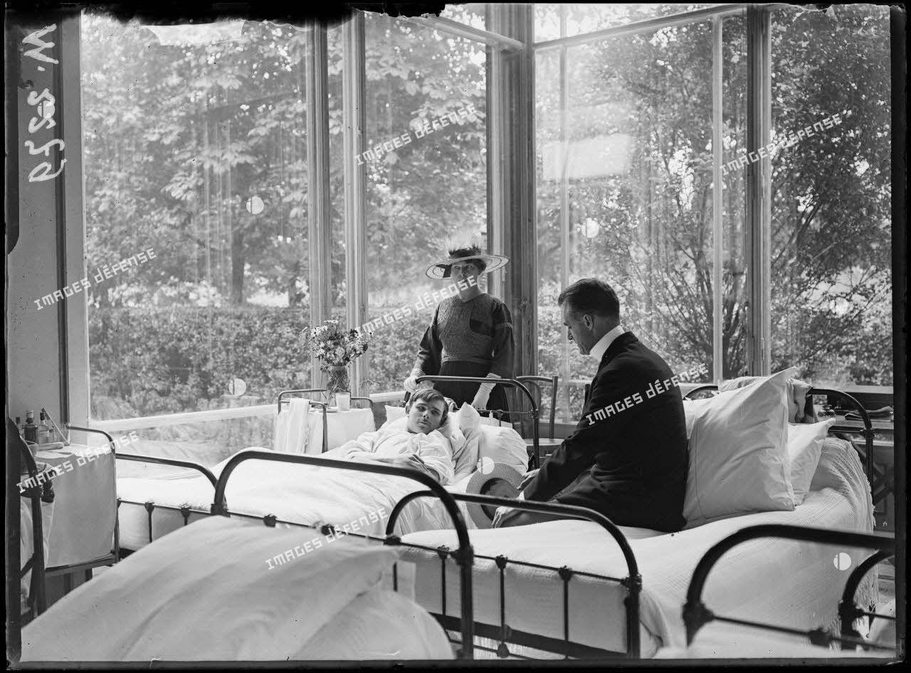 Paris. Hôpital auxiliaire n°79, rue Adolphe Yvon (Hôtel James Hyde). Monsieur et Madame James Hyde. [légende d'origine]