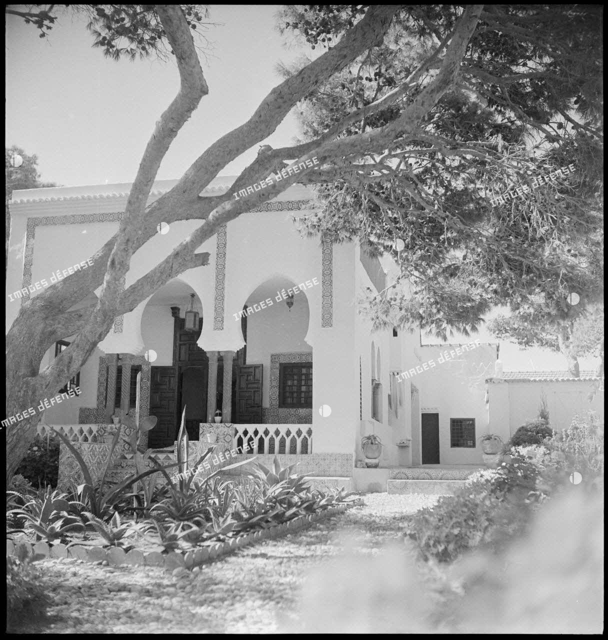 Vue extérieure du café maure de l'école militaire de cavalerie.