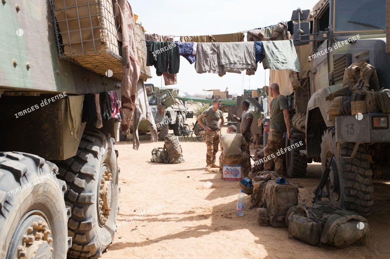"""Activité des marsouins de la 2e compagnie """"les boucs"""" du 2e régiment d'infanterie de marine (2e RIMa) au sein d'une base opérationnelle avancée temporaire (BOAT) dans la Gourma malien."""