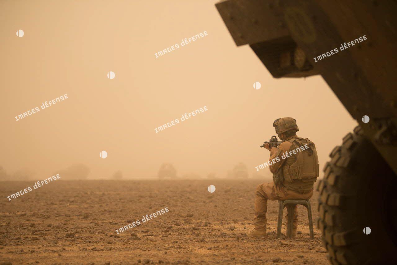 """Marsouin de la 2e compagnie """"les boucs"""" du 2e régiment d'infanterie de marine (2e RIMa) en service de garde, lors d'une tempête de sable sur une base opérationnelle avancée temporaire (BOAT) dans le Gourma malien."""