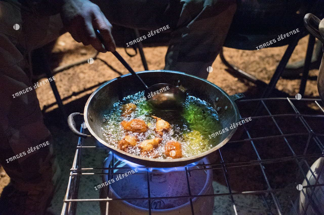 Préparation du dîner sur la base opérationnelle avancée temporaire (BOAT) de Hombori.