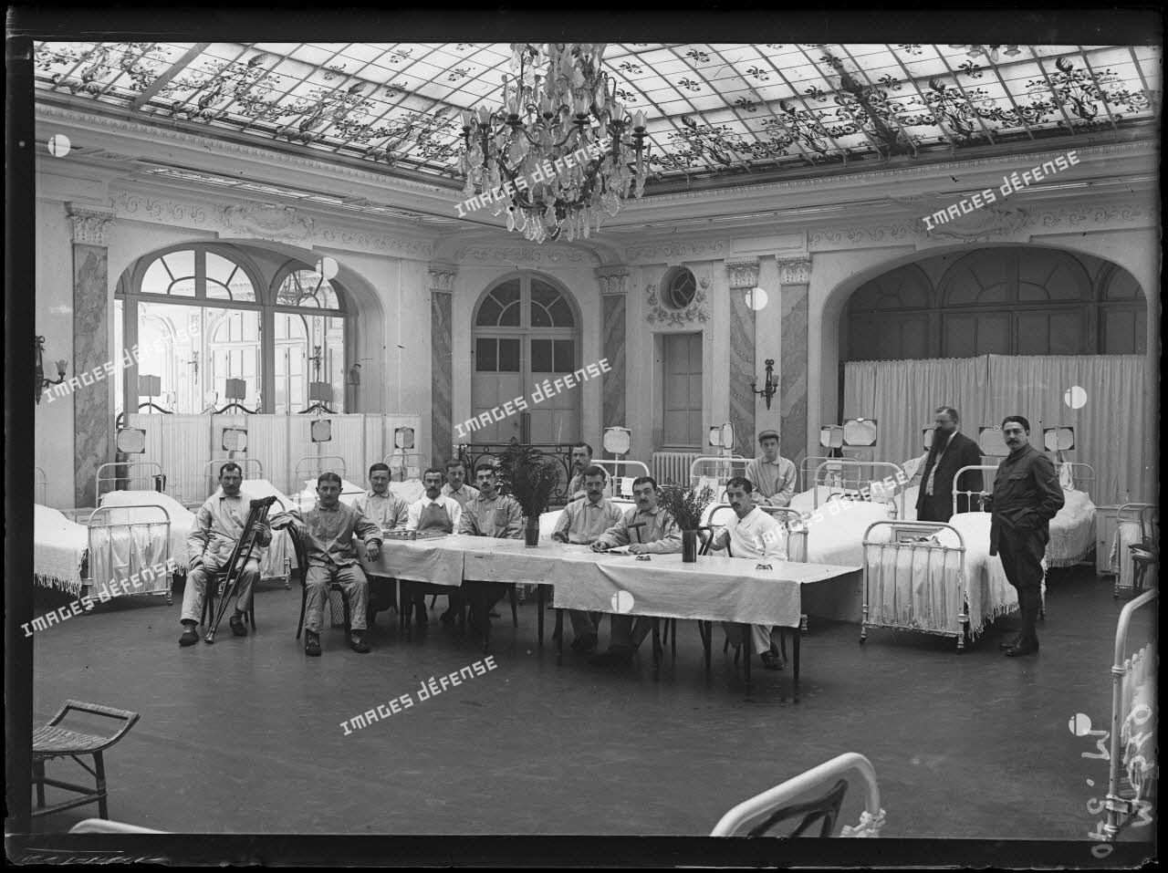 Hôpital Russe Carlton hôtel CRP Paris, salle de malades. [légende d'origine]