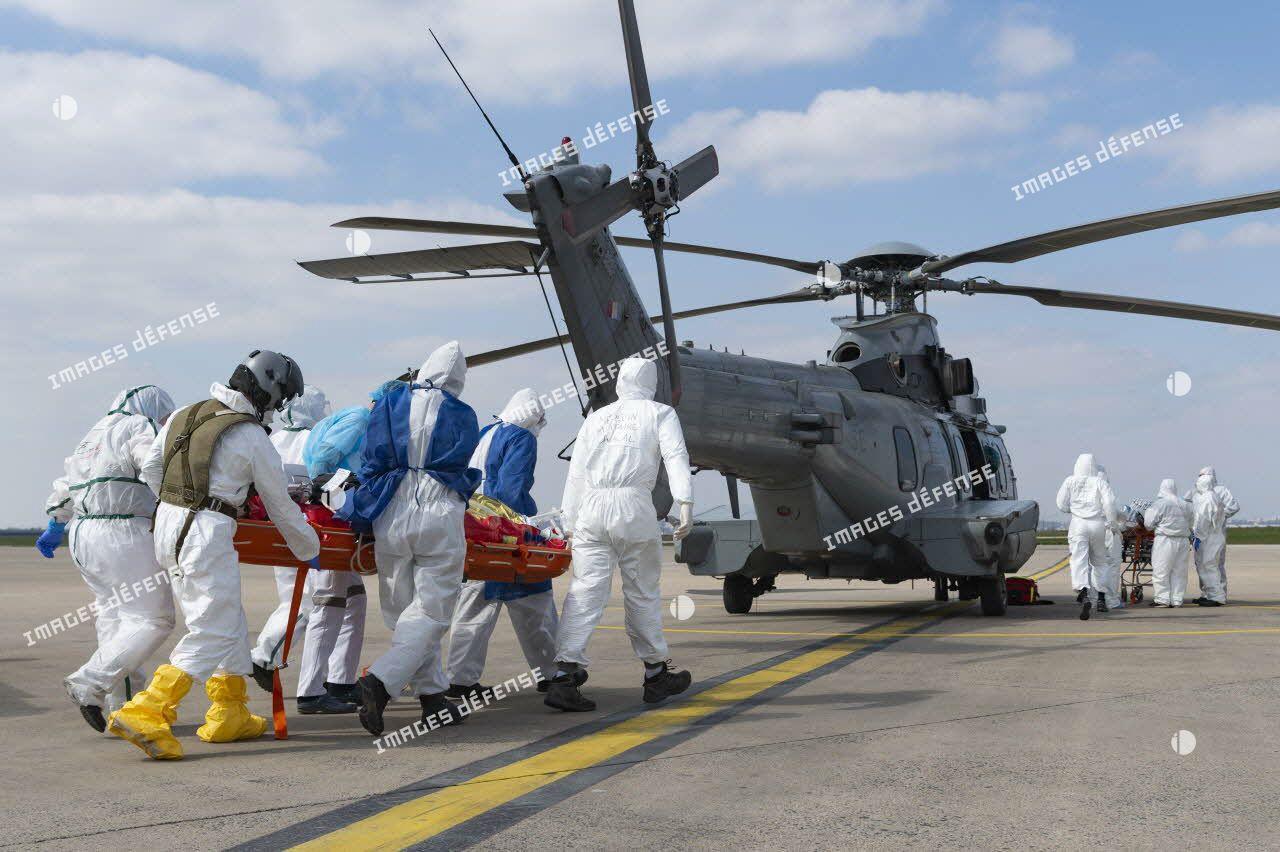 Evacuation sanitaire d'un malade au moyen d'un hélicoptère Caracal EC-725 de l'armée de l'Air depuis l'aéroport d'Orly.