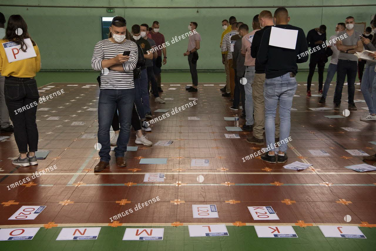 Des militaires participent à l'expérimentation de l'application StopCovid au sein du gymnase de l'institut national de recherche en informatique et en automatique (INRIA), à Rocquencourt.