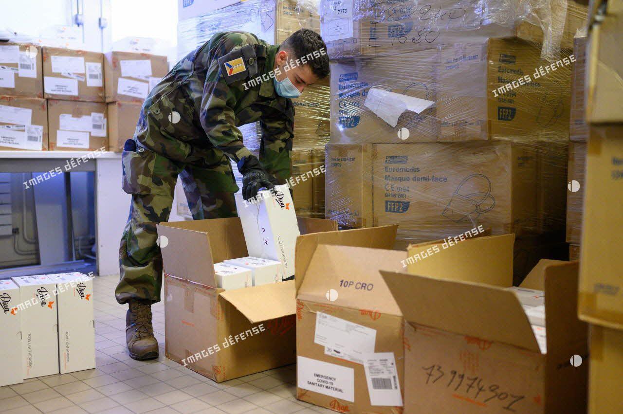 Un soldat du 24e régiment d'infanterie (24e RI) prépare des cartons de matériel médical à destination du personnel soignant de l'hôpital Saint-Antoine à Paris.