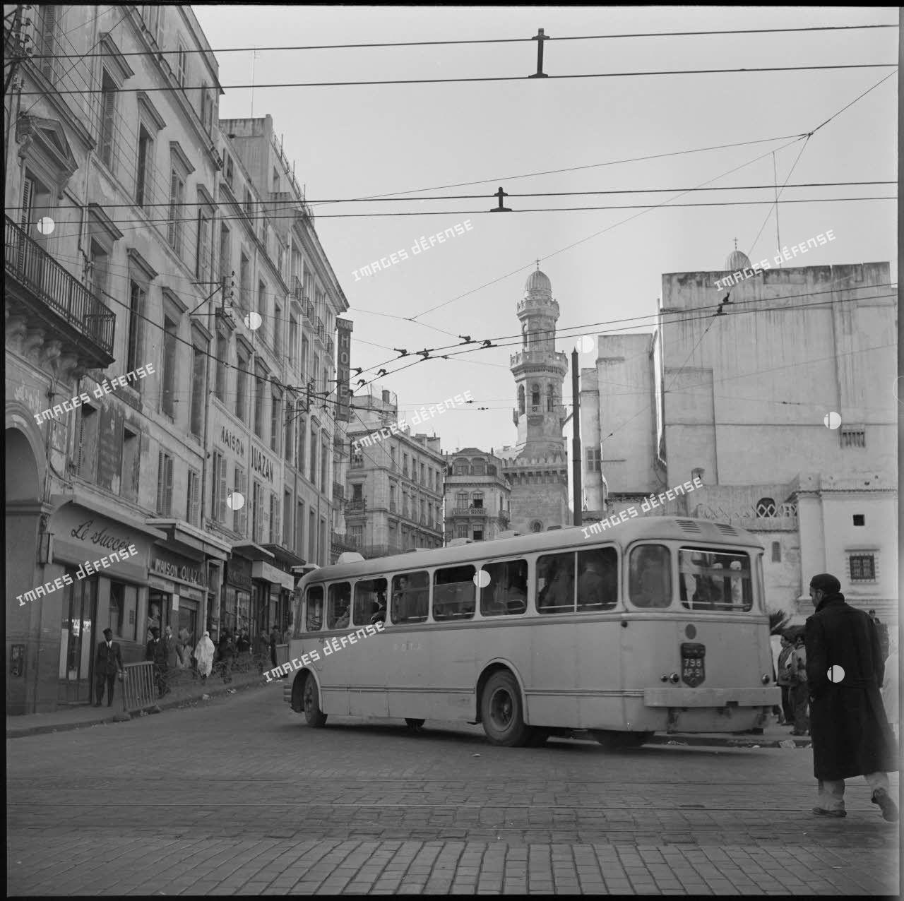 Vue d'une rue du quartier de la place du Gouvernement, Alger.