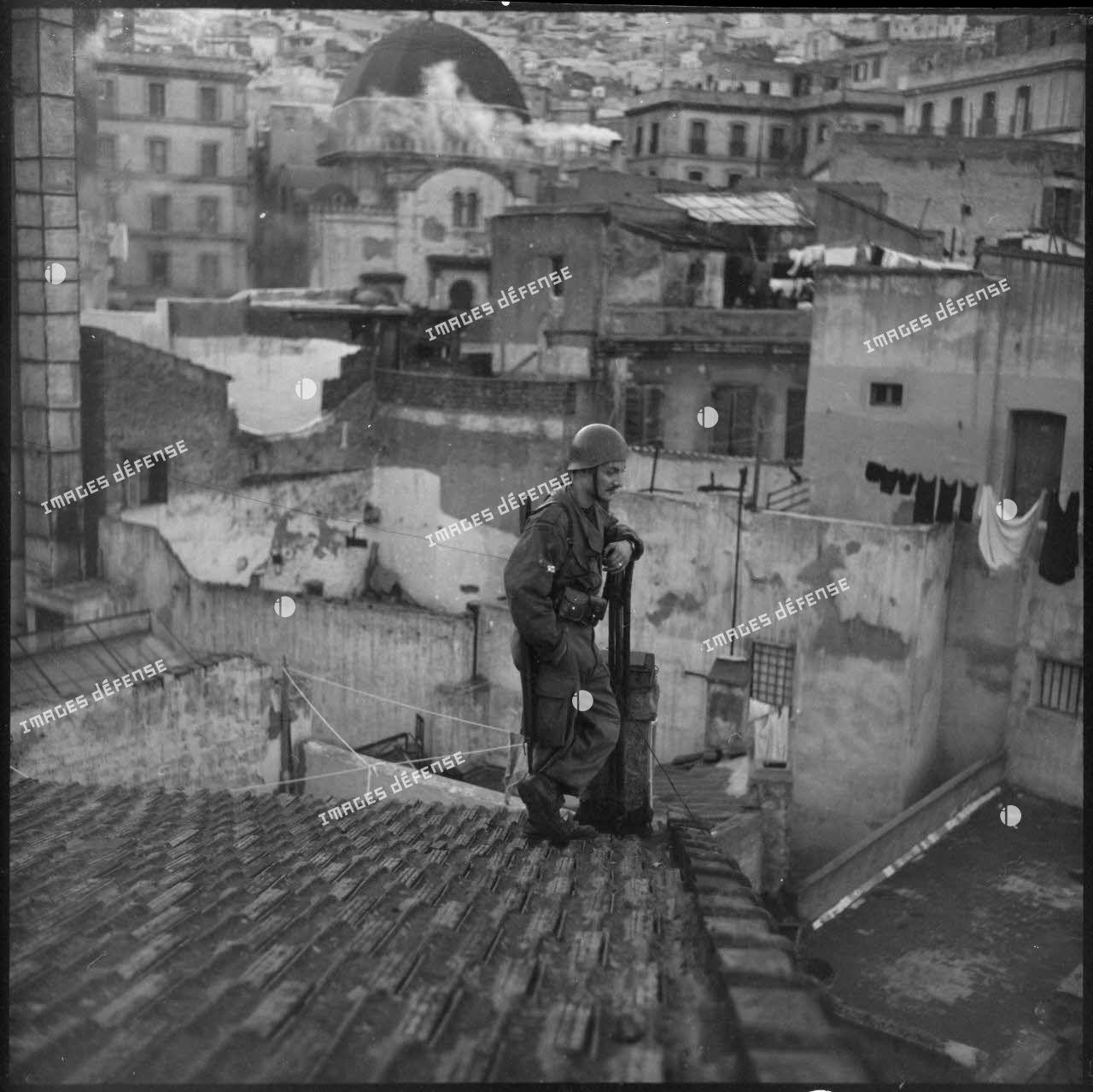 Soldat posté sur un toit de la casbah d'Alger.