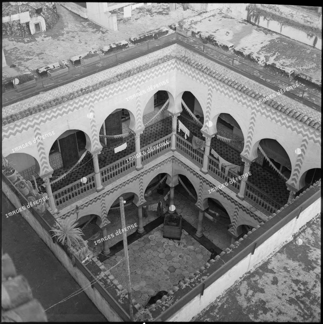 Vue en plongée de la cour intérieure d'un bâtiment de la casbah d'Alger.
