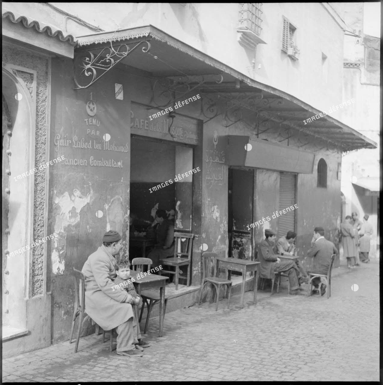 Scène de la vie quotidienne dans la casbah d'Alger.
