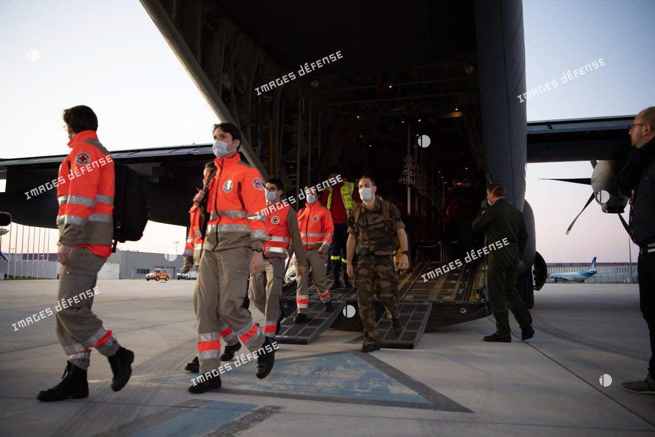 Débarquement du personnel médical civil et militaire rapatrié en renfort par avion de transport Hercules C-130J sur l'aéroport d'Orly.