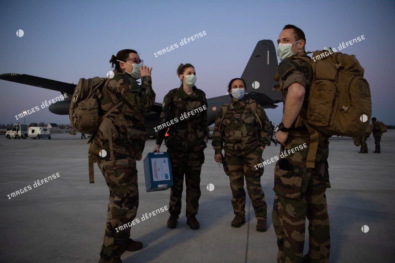 Des éléments du service de santé des armées (SSA) rapatrié en renfort, arrivent sur la piste de l'aéroport d'Orly.