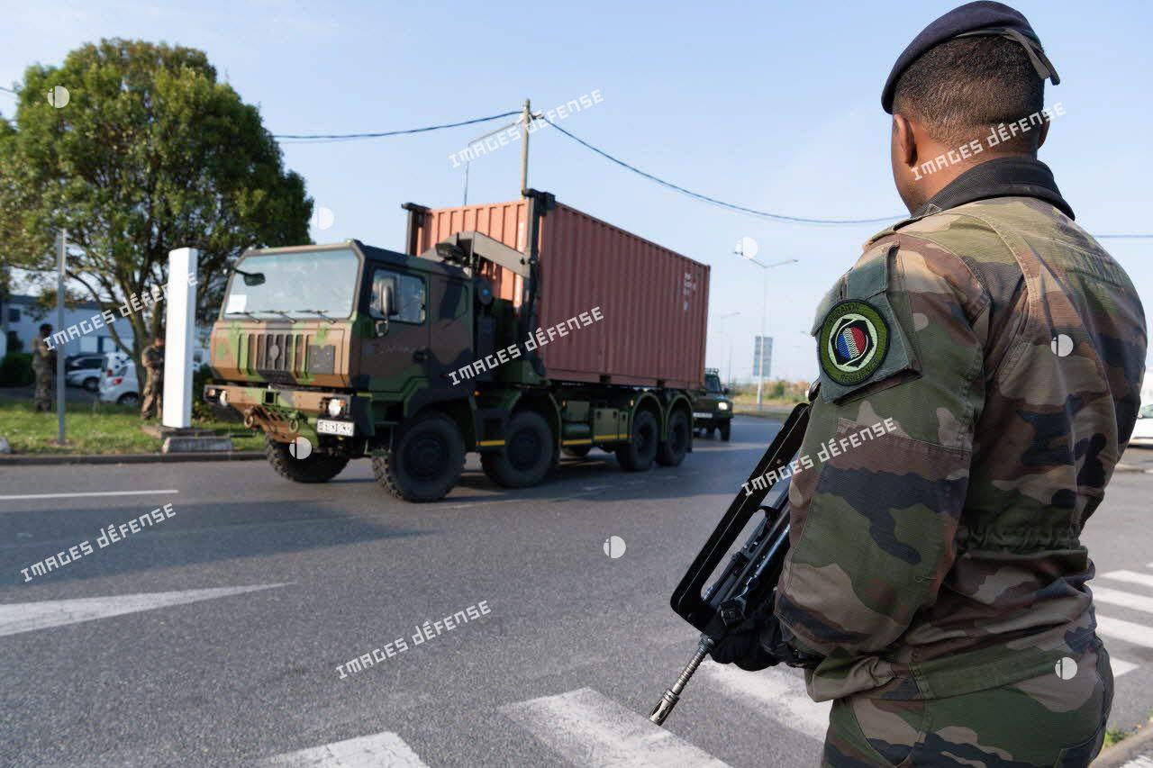 Un soldat sécurise l'acheminement de matériel médical à bord d'un camion porteur polyvalent logistique (PPLOG) à l'aéroport Roissy-Charles de Gaulle.
