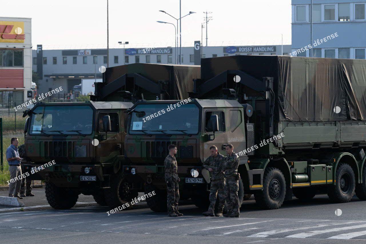 Chargement de matériel médical à bord de camions porteurs polyvalents logistiques (PPLOG) à l'aéroport Roissy-Charles de Gaulle.