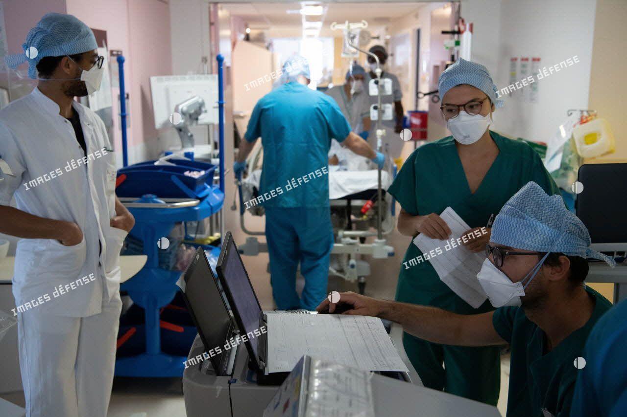 Une équipe médicale du service de réanimation de l'hôpital d'instruction des armées (HIA) Bégin mène un briefing.