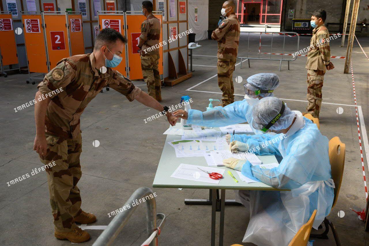 Un soldat de retour d'opération extérieure se présente pour un test de dépistage de la Covid-19 au fort de l'Est.