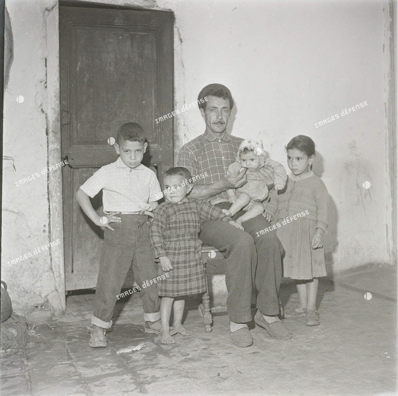 [12 mai 1959, portrait d'un Algérien posant avec ses enfants.]